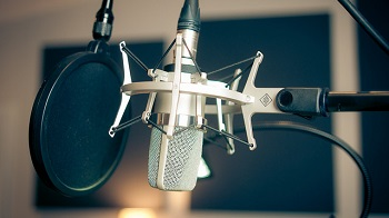 Imagen cercana del micrófono del estudio de La habitacion con una cama